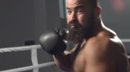 punč : Man in boxing gloves in boxing training. slow motion