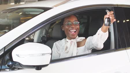 bérlet : Happy woman buying new car, showing keys at camera, successful businesswoman.