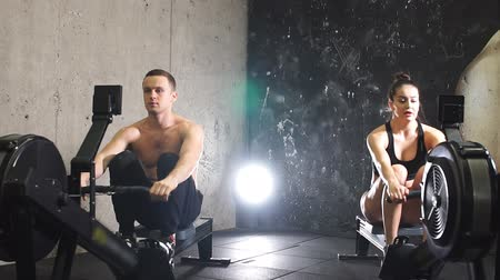fitnes : Atleten trainen op roeimachine, Slow motion. Stockvideo