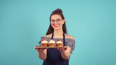 süslemek : Happy confectioner holding a tray with cupcakes. Stok Video