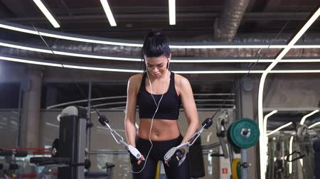 sağlam : Fit woman execute exercise with exercise-machine Cable Crossover in gym Stok Video