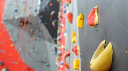 passatempo : Artificial climbing wall in an indoor climbing gym.