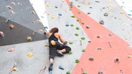 climber rock : Ragazza che si arrampica all'interno, vista dalla parte posteriore.