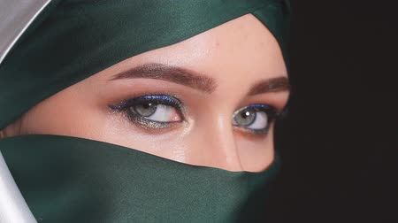 экзотичность : Close-up Portrait of an Attractive Young Modern Muslim Woman in Hijab.