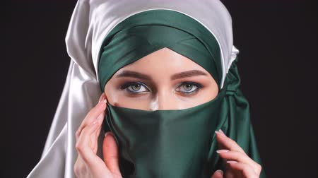 экзотичность : Portrait of an arabic young woman with her beautiful eyes in traditional islamic cloth niqab.