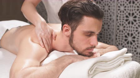 aromaterapie : Sportsman is receiving back massage in the spa room.