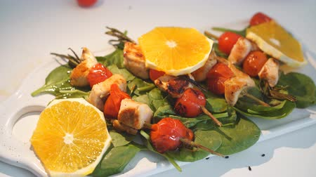 основное блюдо : Chicken kebabs served with tomato cherry and greenery