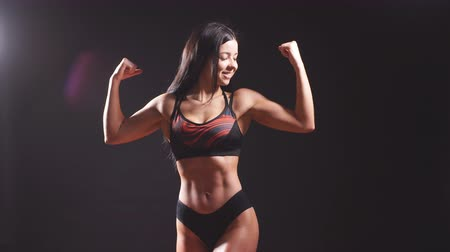 osobowość : Young strong sexy woman showing her muscles