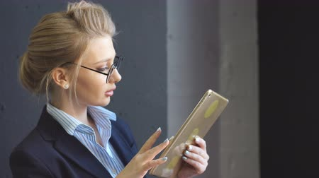 счастье : Beautiful businesswoman with digital tablet in the office. Working day. Business concept.