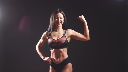 бицепс : Portrait of young fitness woman shows biceps