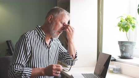 deprivation : Man at home having headache in front of laptop in home