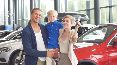 broszura : Automobile sales centre. young family with child boy in car selling club.
