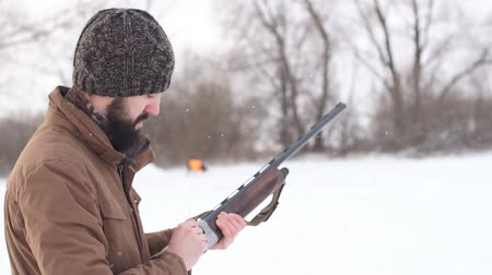 калибр : Male preparing a rifle for shooting. tool for hunting. slow motion
