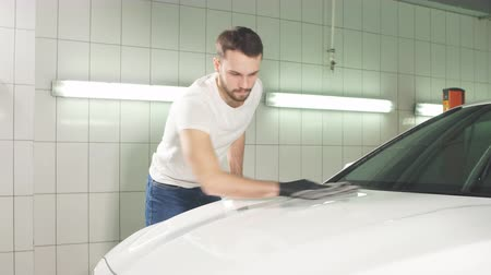 flexão : Man worker polishing car on a car wash