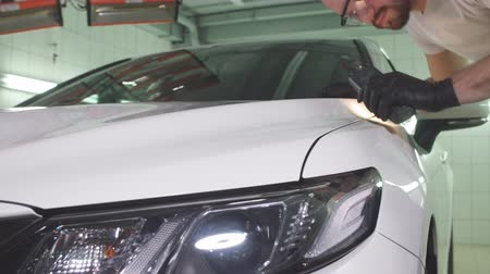 příjezdová cesta : Process of checking quality of polishing of the car body