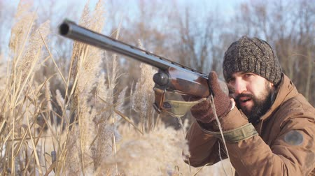 atirador : murder holding a gun. young shooter taking part in a contest Stock Footage