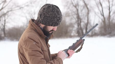 калибр : hunter loading the gun before the hunting outdoors. preparation for killing animals.
