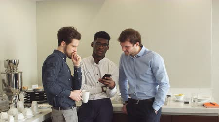etnia africano : Active employees making a phone call during the rest. Laziness, three lazy guys having a rest