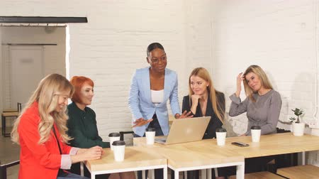 felicitação : Glad cheerful businesswoman, boss of business team congratulates her co-workers in meeting room, celebrating the performance of new product Stock Footage