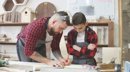trabalhador manual : In carpentry coworking studio children and youngsters can learn a useful profession together with Dad. There are carpentry classes for beginners in the Daddy-son format in wooden workshop.