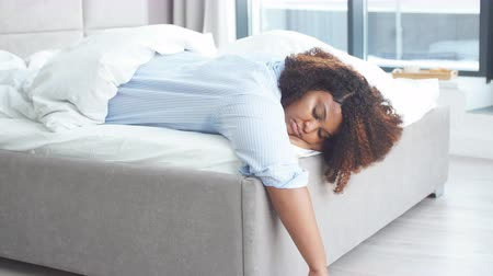 confortável : Tired african american woman sleeping in bed at home. Rest time. free time, spare time