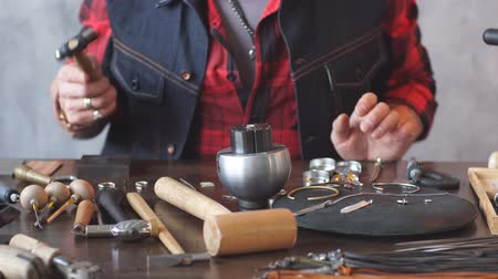 el sanatları : Jack of all trades. serious guy preparing jewellery for clients jewellery art. Costume jewellery. Stok Video