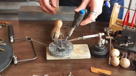 arete : Man preparing metal for a new jewellery. Successful jewelry soldering. Man working with the highest temperature Archivo de Video