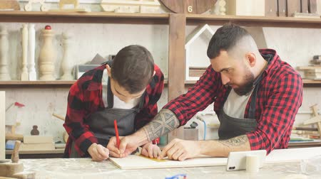 glass master : In carpentry coworking studio children and youngsters can learn a useful profession together with Dad. There are carpentry classes for beginners in the Daddy-son format in wooden workshop.