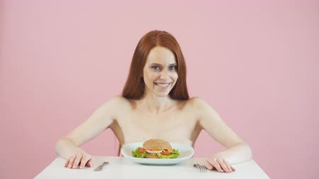 centímetro : Happy anorexic girl struggles with the temptation to eat a Burger.