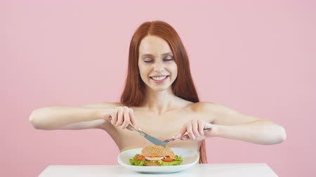 сантиметр : Happy redheaded skinny girl is about to break the diet. Dependence. Diet. Anorexia. Стоковые видеозаписи