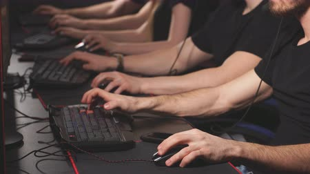 конкурировать : Professional Gamers participating in online cyber games tournament.