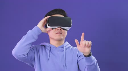 interaktivní : 3d technology, virtual reality, gaming, entertainment and people concept - handsome young Asian male video gamer Dostupné videozáznamy