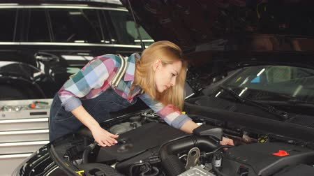 chave inglesa : High qualified specialist helps your with your broken vehicle. Stock Footage