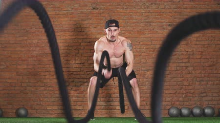 emin : Fat Burning Battle Ropes Workout is a sure fire way to strip the last bit of fat off for summer. Cute Training Man. Stok Video