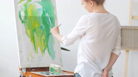 categoria : Young creative girl having fun with paint and brush. Happy atmosphere in art classes