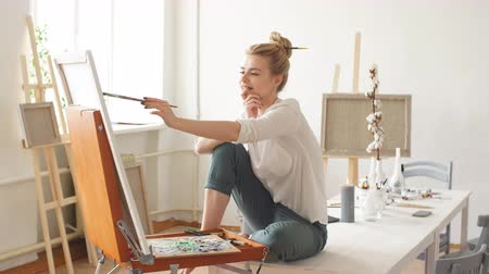 categoria : Woman expressing her thoughts and feeling through painting.