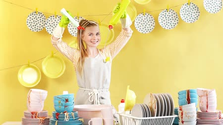 white cloths : Creative attractive housewife doing experiments with dishwashing soap. Girl is preparing to wash the dishes. Job, professiona and occupation Stock Footage