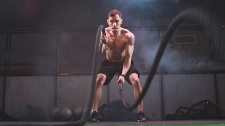 construção muscular : Fat Burning Battle Ropes Workout is a sure fire way to strip the last bit of fat off for summer. Cute Training Man. Slow motion