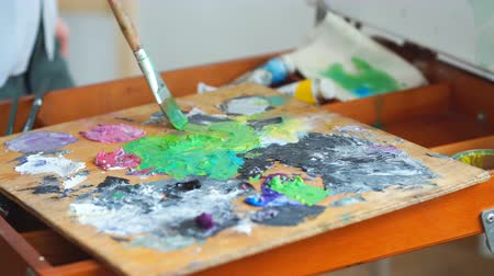 categoria : Woman mixing colors before painting. Creativity concept