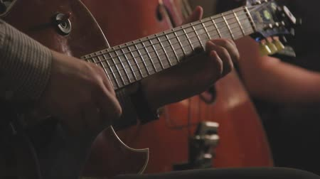 джаз : Jazz guitar trio playing on stage