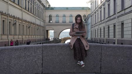 kaukázusi : Young caucasian woman travelling in Saint Petersburg. Stock mozgókép