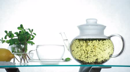 herbata : Herbal Tea in clear glass teapot Wideo