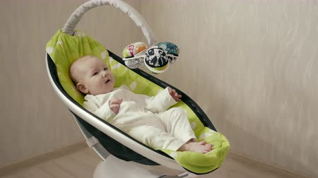 springkussen : Littlle baby Chillen in Electric Seat Bouncer en Smile