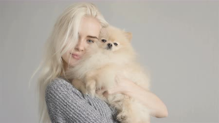 sarışın : Beautiful Blonde Woman With Her Spitz Isolated On Grey