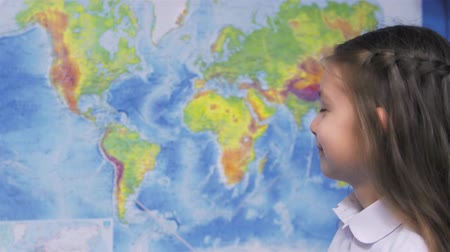 latino americana : Girl with World Map in Classroom Vídeos