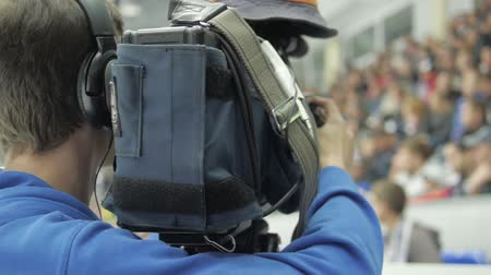 veldhockey : Cameraman shooting hockey game. Stockvideo