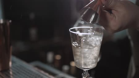 wódka : Alcohol flow in a glass with ice. Vodka pouring