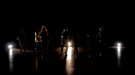 biodro : Silhouettes of dancers posing with classical and modern hip hop dance. Dance on basketball arena Wideo