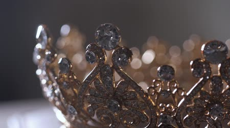ezüst : An up close image of a wedding crown in luxury Jewelry shop