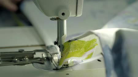 katoenplant : process of quilting on patchwork blanket close up sewing machine hands production